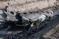 08.01.2020, Iran, Shahedshahr: Ein Stück Flugzeugrumpf am Tatort, wo ein ukrainisches Flugzeug mit 176 Menschen am Mittwoch kurz nach dem Start vom Flughafen Teheran abstürzte, wobei alle an Bord getötet wurden. Foto: Aref Fathi/dpa +++ dpa-Bildfunk +++