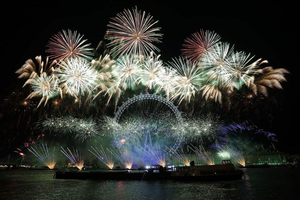 Le London Eye sous les feux d'artifice de la nouvelle année en Angleterre