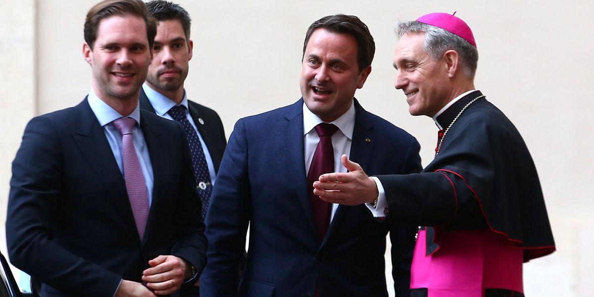 O Arcebispo Georg Ganswein deu as boas-vindas ao primeiro-ministro do Luxemburgo, Xavier Bettel (C) e ao seu marido Gauthier Destenay à chegada para um encontro com o Papa Francisco, no Vaticano.
