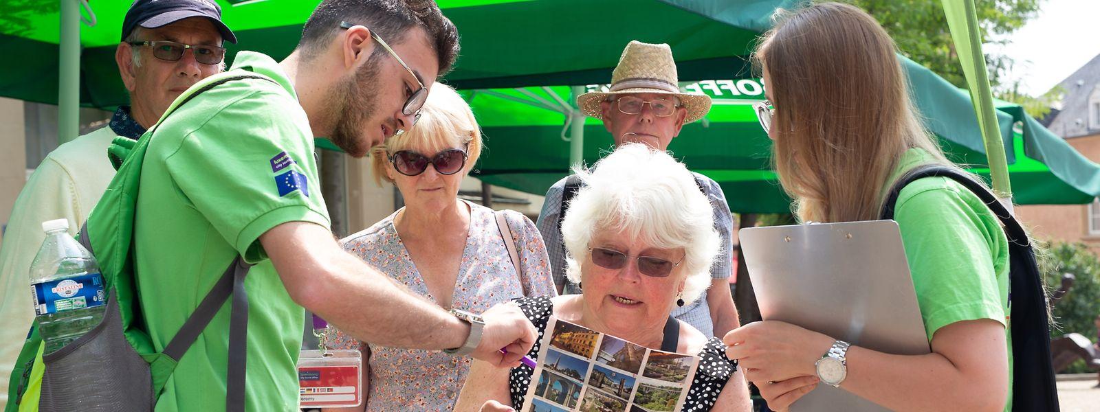 Zwei von insgesamt 18 Studenten beraten Touristen aus Nordengland.