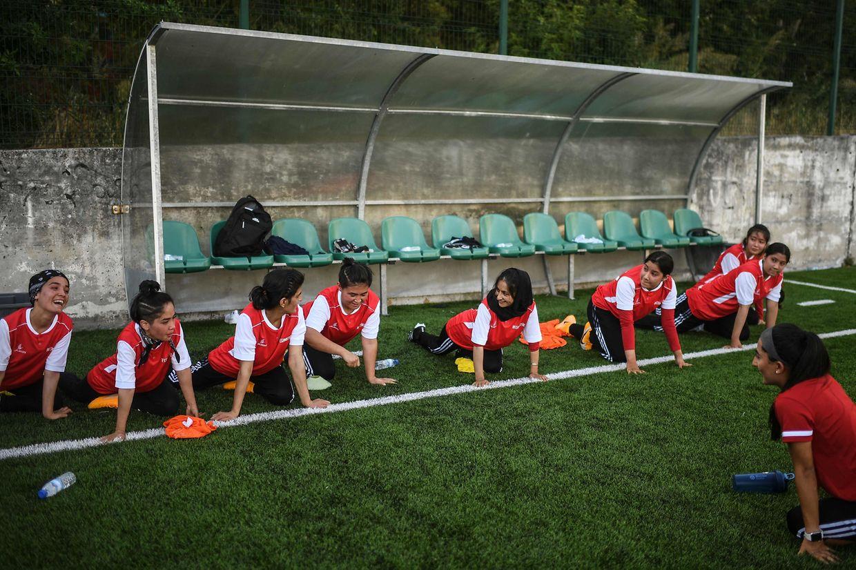 Equipa de futebol feminina do Afeganistão treina em Odivelas