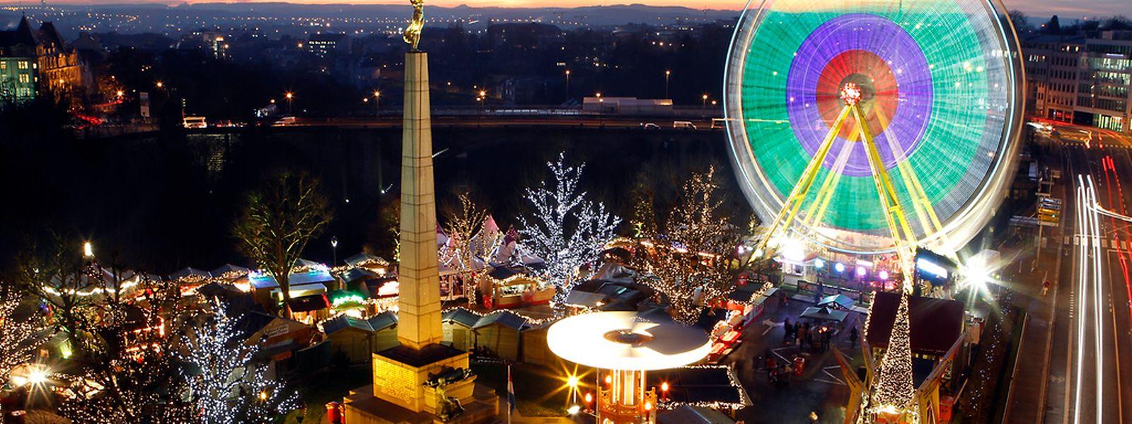 Zu Füßen der Gëlle Fra befindet sich der größte Weihnachtsmarkt der Hauptstadt. Rund 80 Chalets und Fahrgeschäfte können über 2500 Besucher empfangen.