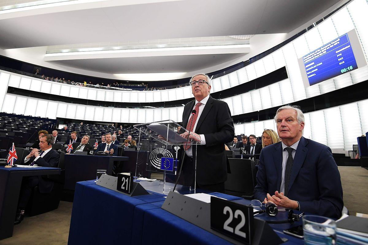 O atual presidente da Comissão Europeia, o luxemburguês Jean-Claude Juncker, (em pé, na foto) abandonará o cargo em novembro de 2019.