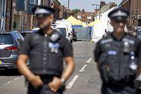 Britische Polizisten vor dem Wohnort der Opfer.