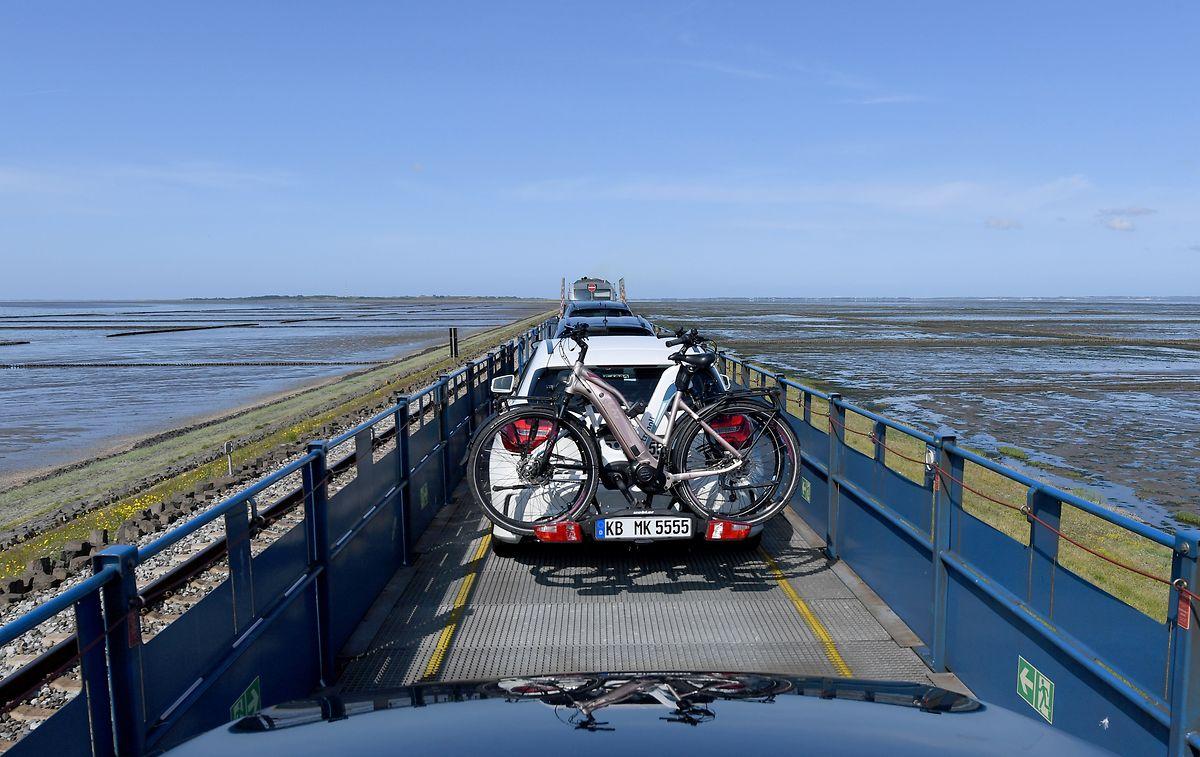 Autos fahren auf dem Autozug in Richtung Sylt.
