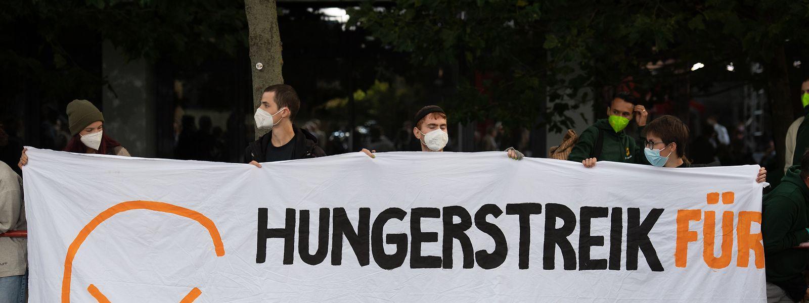 """Während des Fernseh-Triells der Kanzlerkandidaten hielten junge Aktivisten vor dem Studio einen """"Hungerstreik für Klimagerechtigkeit"""" ab."""