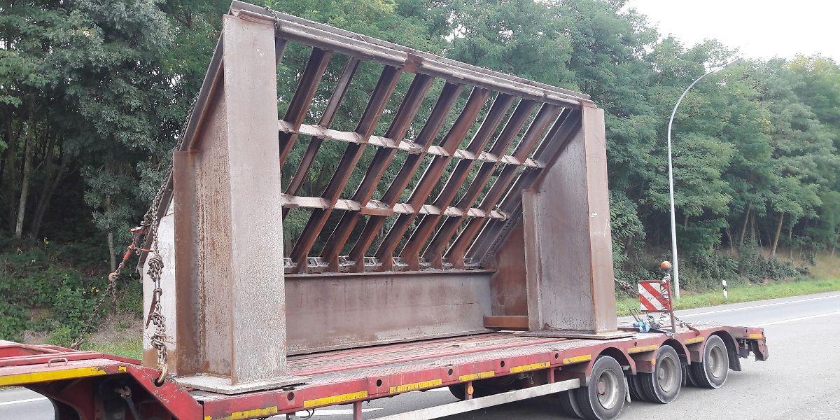 Der Transporter durfte erst weiterfahren, nachdem die Ladung gesichert war.