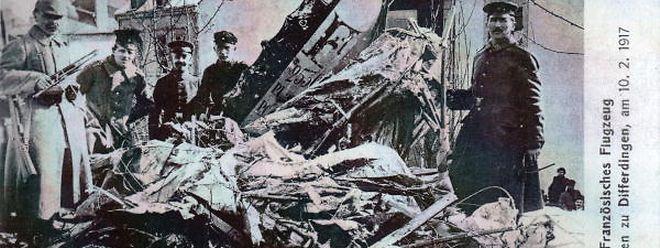 Vollständig zerstört liegt die Maschine am Boden. So nahe hatten bis dahin die allerwenigsten ein Flugzeug, oder was davon übrig bleiben kann, sehen können.