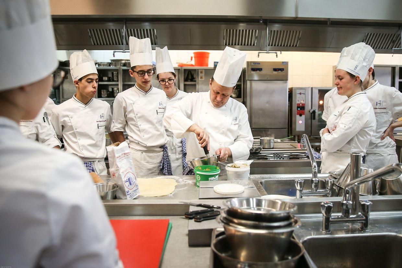 Les étudiants de l'EHTL en plein atelier cuisine. Il devient même difficile de trouver des professeurs aujourd'hui.