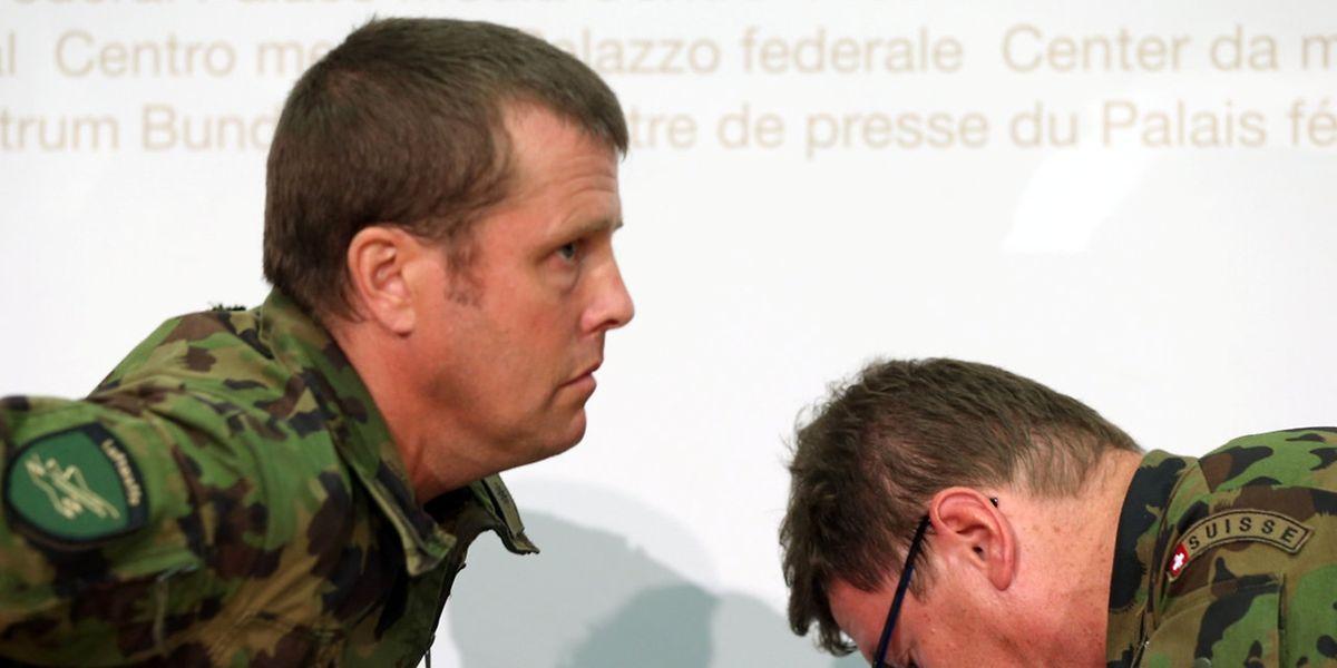 Generalleutnant Aldo Schellenberg (links) und der Kommandeur der Schweizer Luftwaffe, Pierre de Goumoens, geben den Verlust des Kampfflugzeugs bekannt.