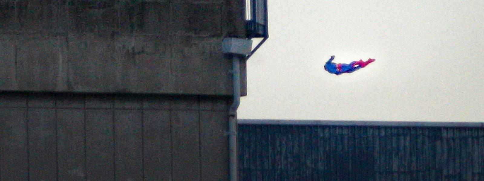 Superman im Landeanflug auf das Atomkraftwerk Bugey.