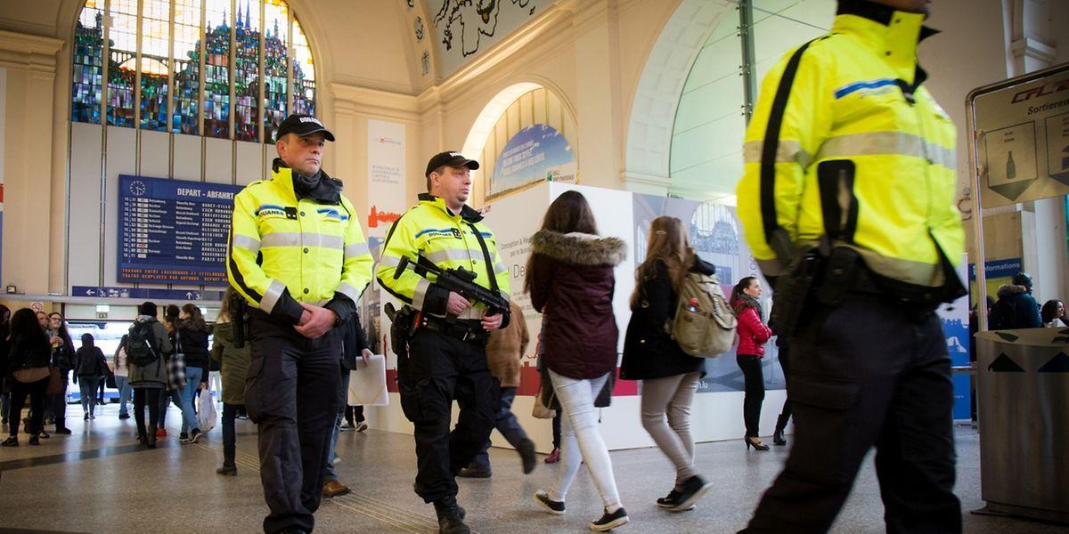 Après les attentats de Paris, la présence policière a été renforcée à certains endroits sensibles comme la gare ou encore l'aéroport