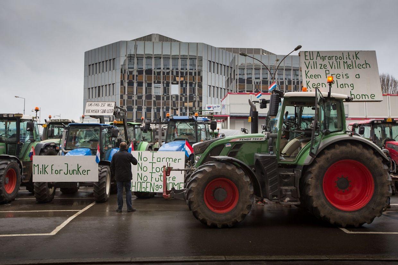 Die Protestkundgebung der Bauern verlief friedlich. Im Postgebäude haben die rund 50 Demonstranten jeweils ein Paket mit anderthalb Liter Milch nach Brüssel zur EU-Kommission verschickt.