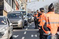 Lok ,Route Esch , Salzhaff , Hollerich  , Polizeikontrollen wegen Bewegungseinschränkungen aufgrund der Sars-CoV-2 Epidemie , Covid-19 , Coronaepidemie , Etat de Krise , Foto:Guy Jallay/Luxemburger Wort