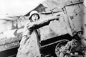 """Gegen sieben Uhr morgens am 16. Dezember greifen nach einstündigem Artilleriebeschuss drei deutsche Panzerarmeen mit rund 200.000 Soldaten auf einer Breite von 60 Kilometern an. Das Unternehmen """"Wacht am Rhein"""" beginnt, das als Ardennenoffensive in die Geschichte eingehen wird."""