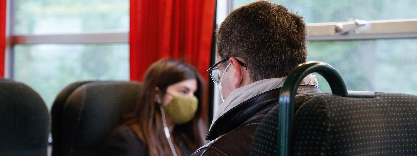 Ein Stück Alltag: Die Zeitungslektüre während der Zugfahrt. Jetzt mit Maske.