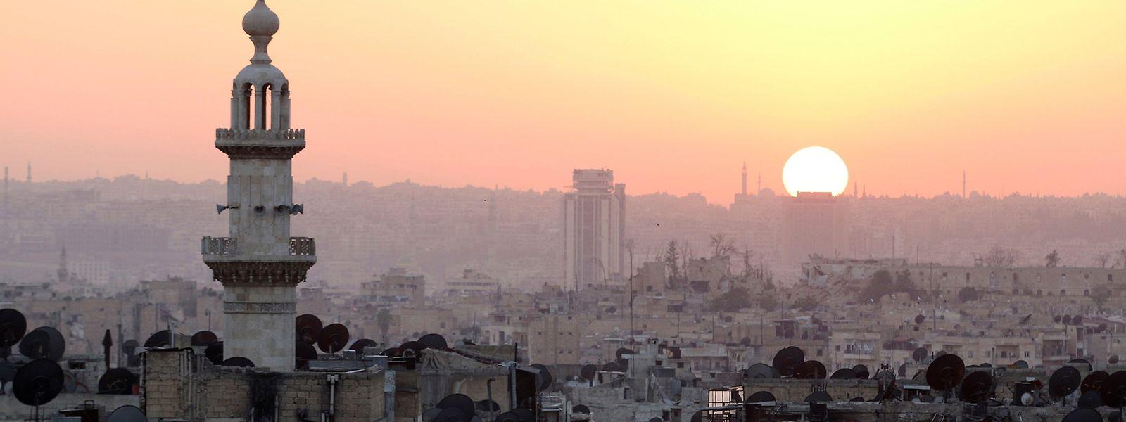 Die Sonne über der zum grossen Teil zerstörten syrischen Stadt Aleppo.