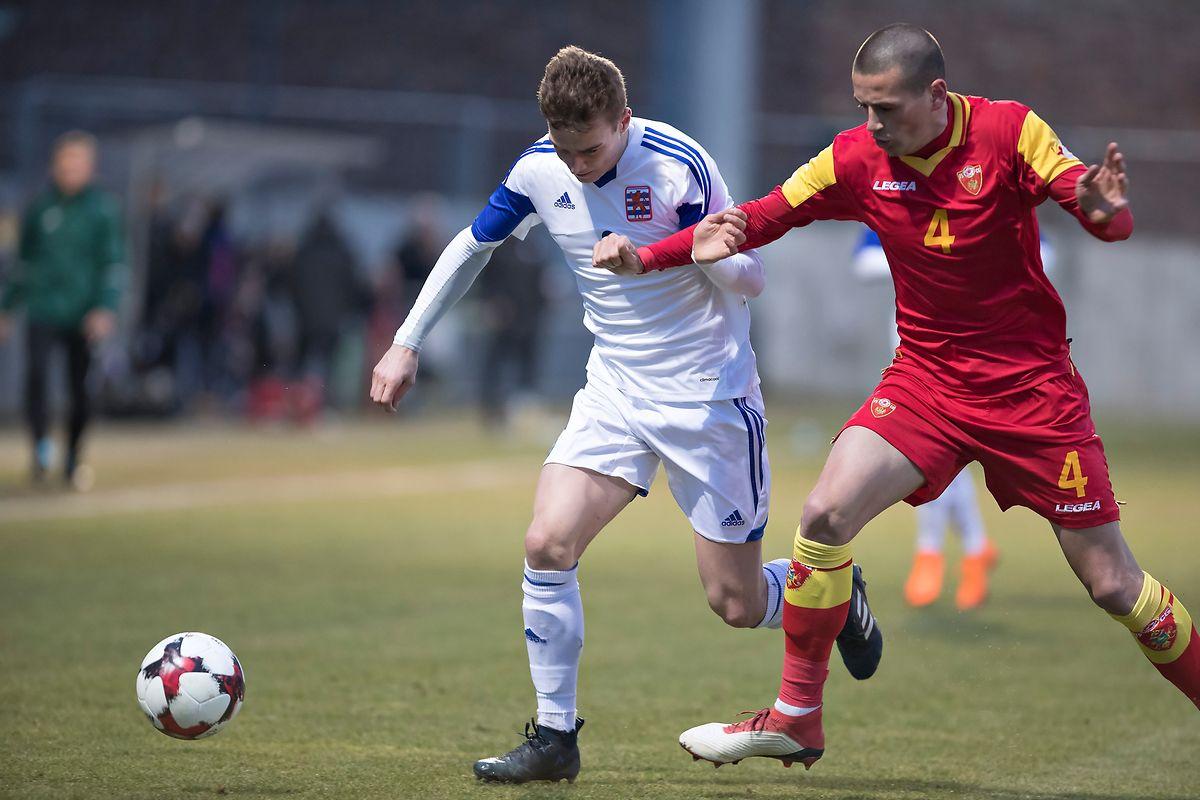 Yannis Dublin (Luxembourg, en blanc) tente de pendre Stefan Loncar (Montenegro) de vitesse.Le Bascharageois devra quitter le jeu après seulement dix minutes...