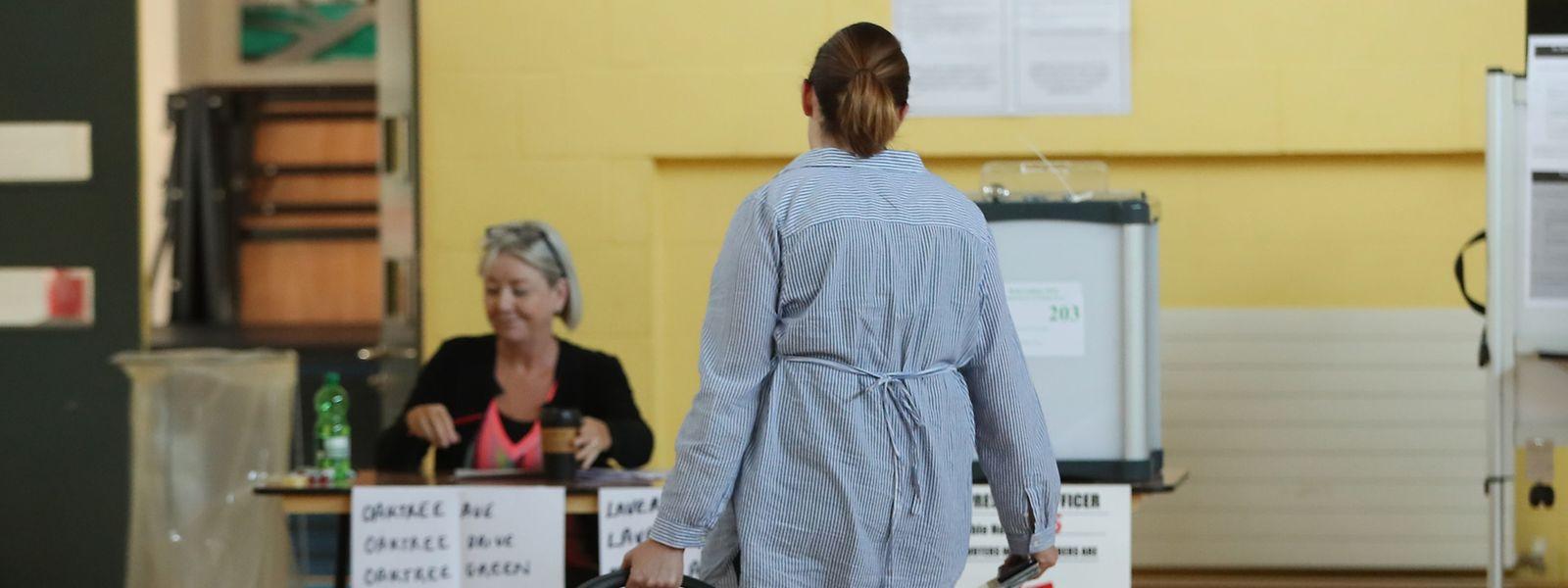 Eine Frau kommt in ein Wahllokal um ihre Stimme abzugeben. Laut einer Befragung sprach sich eine Mehrheit von Frauen und jungen Wählern für eine Lockerung des umstrittenen Abtreibungsgesetzes aus.