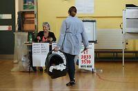 25.05.2018, Irland, Dublin: Eine Frau kommt in ein Wahllokal um ihre Stimme abzugeben. In Irland findet ein Referendum zum umstrittenen Abtreibungsgesetz statt. In dem katholisch geprägten Land gilt eines der strengsten Abtreibungsverbote in der EU. Foto: Niall Carson/PA Wire/dpa +++ dpa-Bildfunk +++