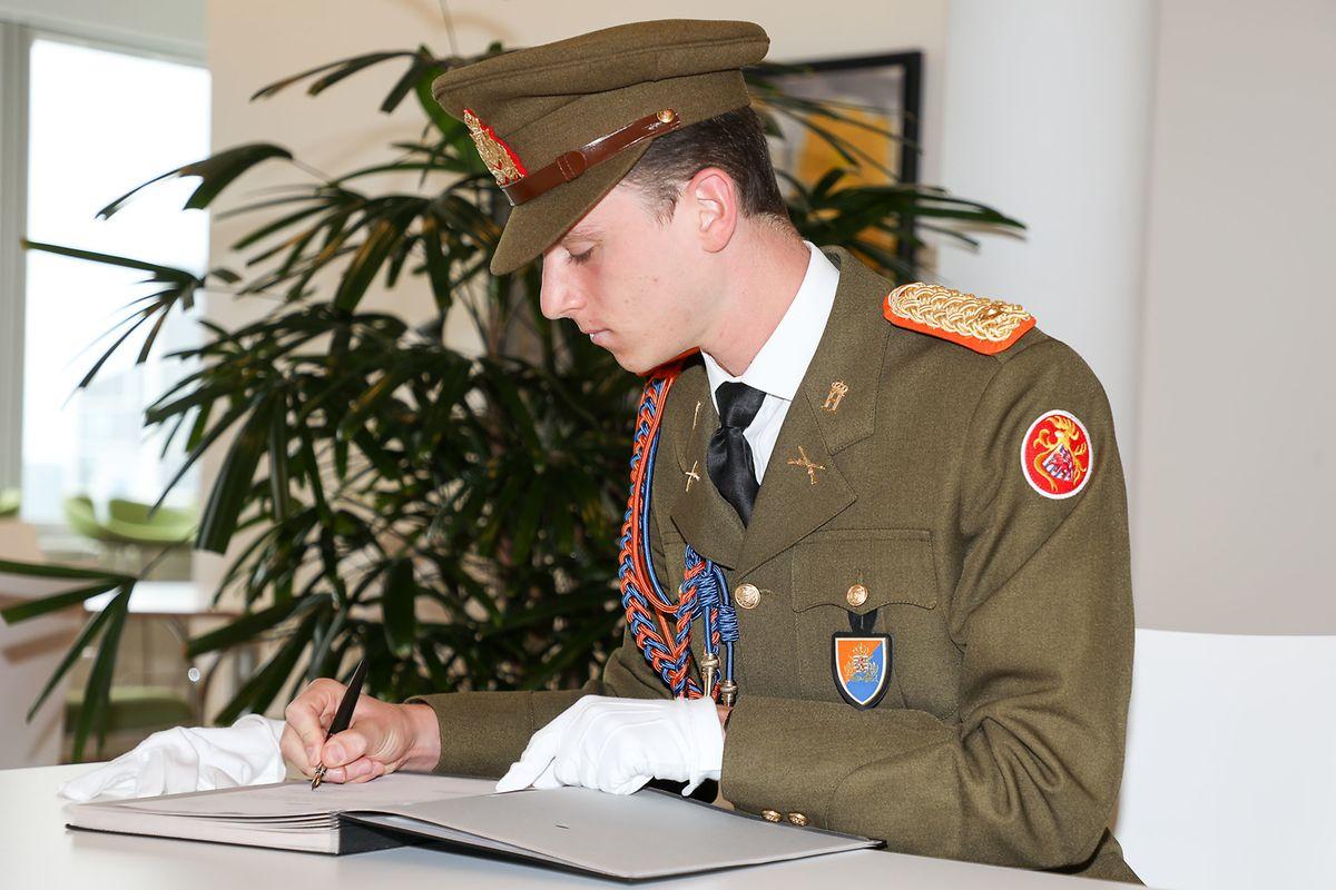 Prinz Paul-Louis de Nassau beim Leisten seiner Unterschrift.