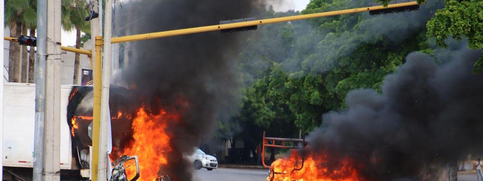 Brennende Fahrzeuge nach den Kämpfen in Culiacán .