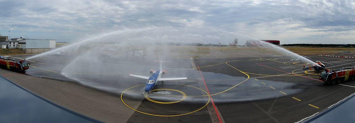 Comme le veut la tradition, le nouvel appareil a été «baptisé» par les pompiers du Findel à sa première arrivée sur la piste d'atterrissage.