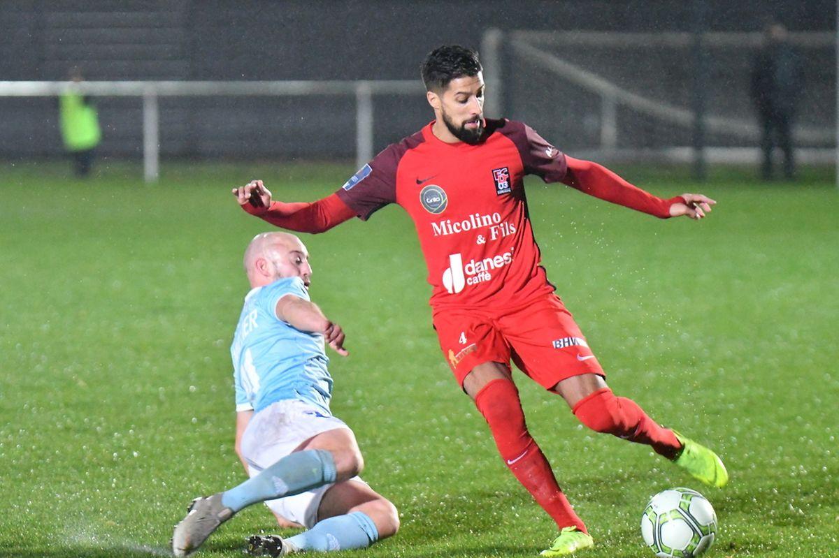 Jonathan Hennetier tente de stopper André Rodrigues. Battus le week-end dernier, le Racing et Differdange ont partagé l'enjeu (3-3).