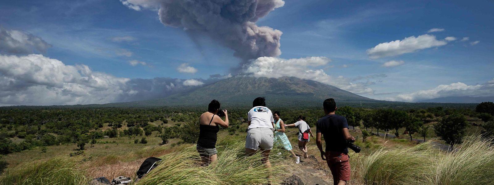 Eine Aschewolke erhebt sich über dem Vulkan Agung auf der Insel Bali in Indonesien.