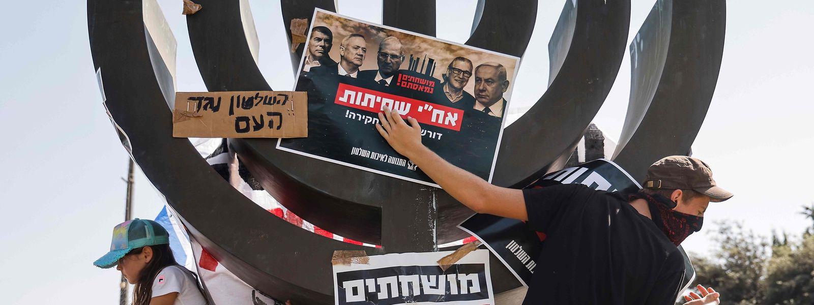 Vor der Knesset in Jerusalem, dem israelischen Parlament, demonstrieren Menschen gegen die restriktive Regierungspolitik zum Corona-Virus.