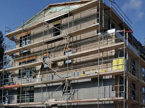 Le jeune plâtrier est tombé du troisième étage de cette maison en construction.