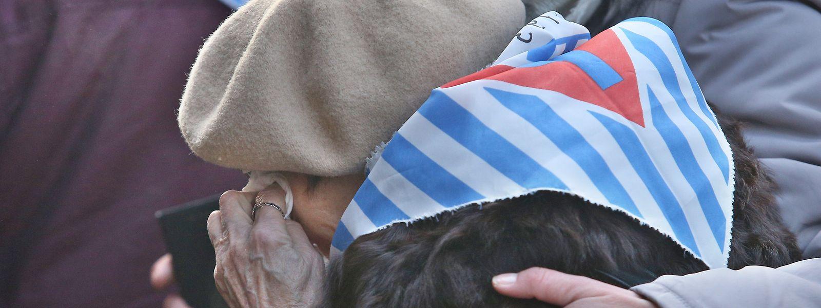 Eine Überlebende wird während der Gedenkfeier zum 75. Jahrestag der Befreiung des ehemaligen deutschen Konzentrationslagers Auschwitz getröstet.