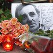 Ukraine, Kiew: Blumen und Kerzen sind zu Ehren des verstorbenen französischen Sängers und Schauspielers Charles Aznavour vor der französischen Botschaft.