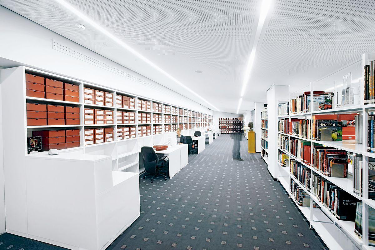 Das Gedächtnis einer Marke: Im Porsche-Archiv werden unter anderem Kataloge, Strategiepapiere, Entwurfsskizzen und Entwicklungsunterlagen systematisch erfasst und verwaltet.