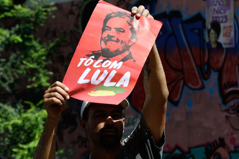 Centenas de apoiantes de Lula da Silva concentraram-se junto ao Sindicato dos Metalúrgicos para apoiar Lula da Silva