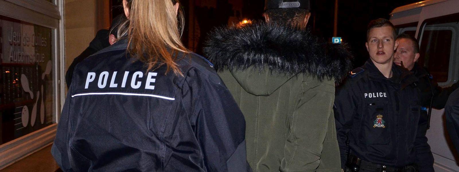Bei elf von 30 kontrollierten Gästen schlug der Drogenspürhund an. Einige von ihnen führten geringe Mengen an Drogen bei sich, sieben Personen versteckten Drogenkugeln in ihrem Magen-Darm-Trakt.