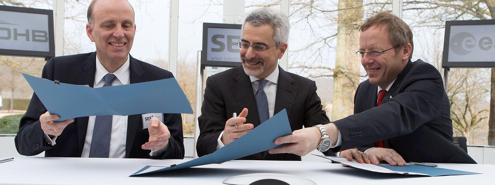 Marco Fuchs (OHB), Karim Michel Sabbagh (SES) und Jan Wörner (ESA) bei der Unterzeichnung der Verträge in Betzdorf.