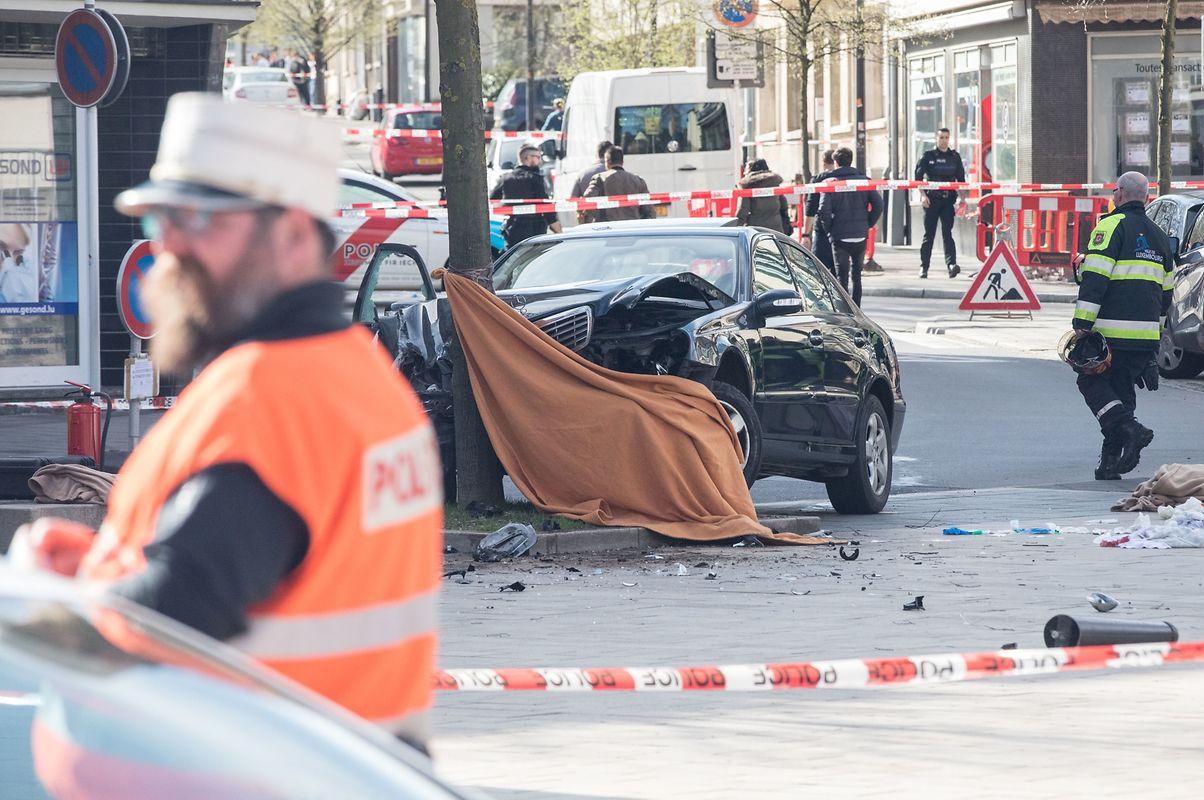 Das Auto fuhr nach der Schussabgabe gegen einen Baum.
