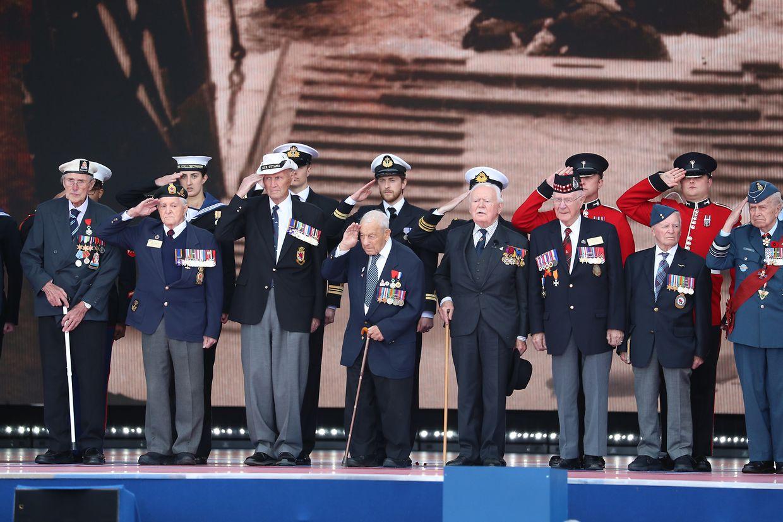 Veteranen salutieren anlässlich der Gedenkveranstaltung in Portsmouth.