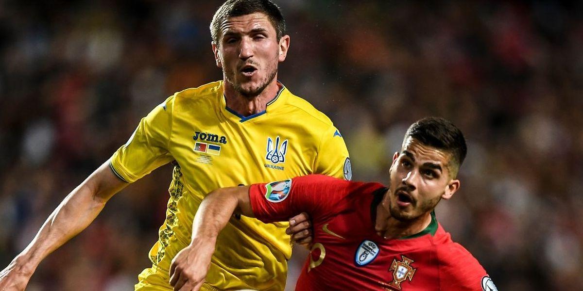 Sergii Kryvtsov à la lutte avec Andre Silva, le Portugal et l'Ukraine ne sont pas parvenus à se départager.