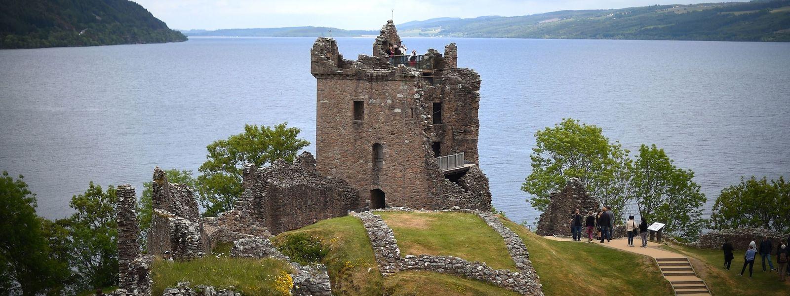 Das Schloss Urquhart Castle am Ufer von Loch Ness.