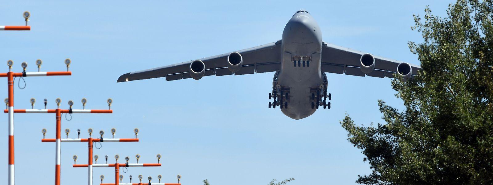 Ein Transportflugzeug vom Typ C-5 Galaxy startet vom US-Militärflughafen Spangdahlem.