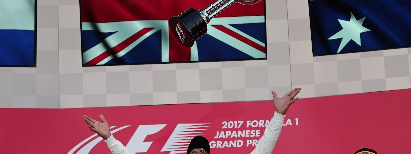 Es ist zum Pokalhochwerfen: Lewis Hamilton (M.) gewinnt den Grand Prix von Japan vor Max Verstappen (l.) und Daniel Ricciardo (r.).