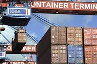 Container Terminal Altenwerder im Hamburger Hafen: Deutschland kann dank anziehender Exporte nun im laufenden Jahr mit 1,9 Prozent und 2011 sogar mit 2,1 Prozent Wachstum rechnen.