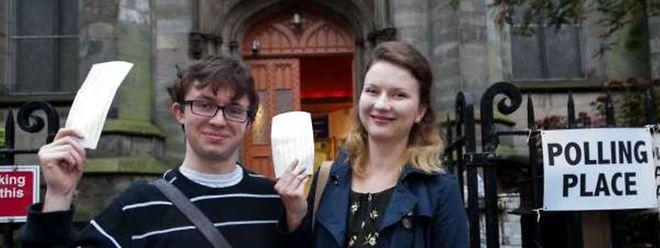 Un couple pose avec leurs bulletins de vote au Sud d'Edimbourg.