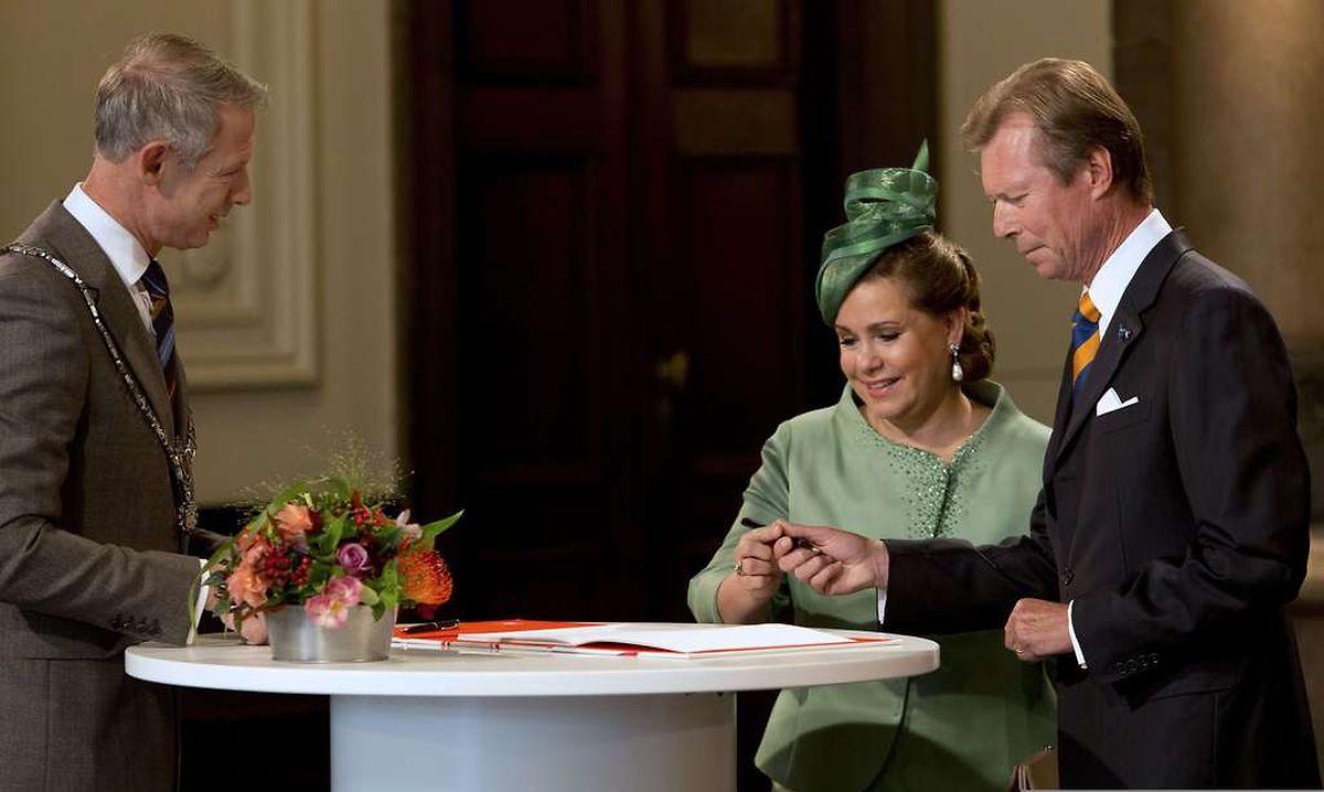 Großherzog Henri und Maria Teresa unterzeichnen das Gästebuch der Stadt Maastricht.