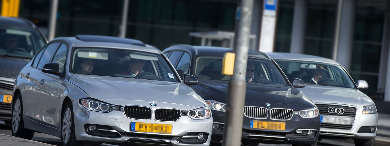 Firmenwagen sind für Arbeitnehmer ein beliebtes Extra bei Gehaltsverhandlungen. Meist darf das Fahrzeug auch für den Weg zur Arbeitsstätte sowie private Zwecke benutzt werden.