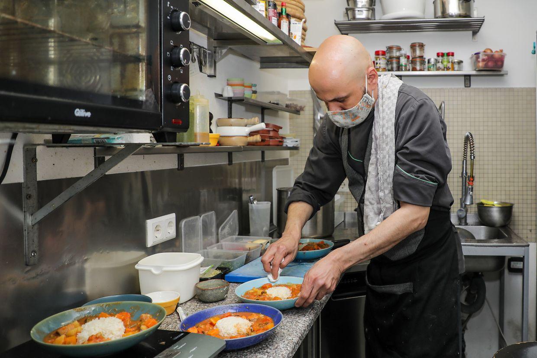 Aux Vins Fins, Nico le cuisinier envoie les tous premiers plats du jour.