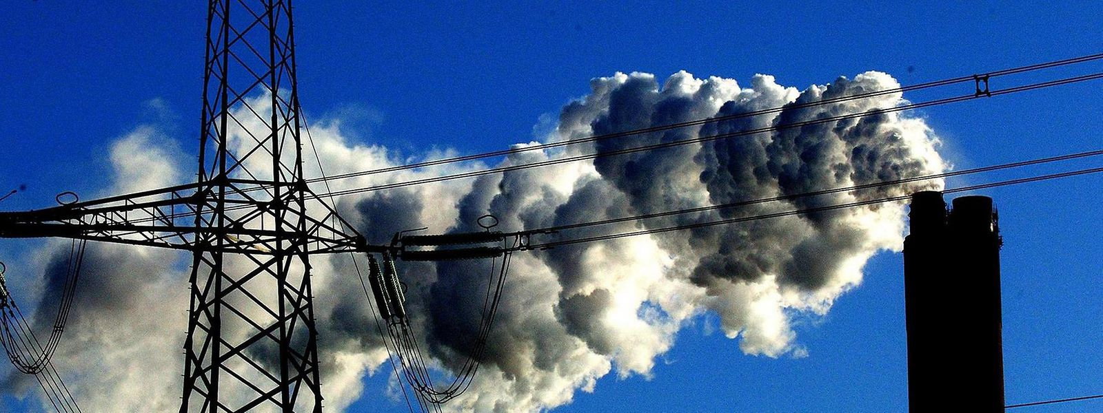 Einen deutlich höheren Ausstoß an CO2 als der Flugverkehr hat die Strom- und Industrieproduktion. Hier müssen noch gewaltige Aufgaben bewältigt werden.