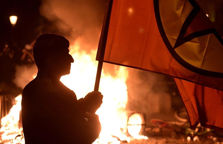 Bei den Zusammenstößen zwischen Polizei und Demonstranten gab es Dutzende Verletzte, es entstand hoher Sachschaden.